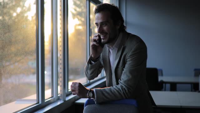 ofiste mobil konuşurken işadamı - sırbistan stok videoları ve detay görüntü çekimi