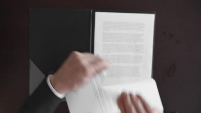 vídeos y material grabado en eventos de stock de punto de vista empresario rompiendo el contrato - ripped paper