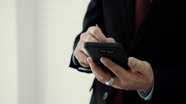 cu : i̇şadamı cep telefonuyla kısa mesaj - el aleti stok videoları ve detay görüntü çekimi