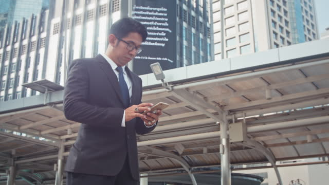 スマートフォンのビジネスマンメール ビデオ
