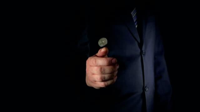 медленно : бизнесмен надевает и прикреплена для монет - монета стоковые видео и кадры b-roll