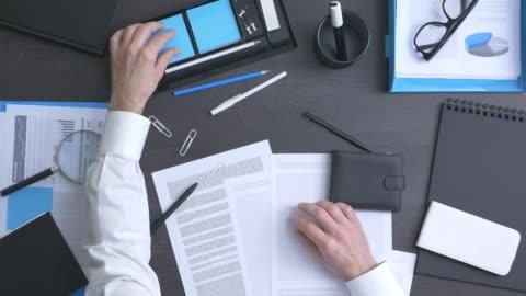 vídeos y material grabado en eventos de stock de empresario, poner en orden su escritorio - escritorio
