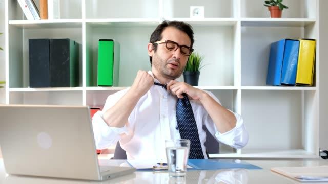 vidéos et rushes de homme d'affaires essayant de régénérer à le œuvre dans la chaleur de l'été - canicule