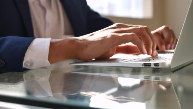 ラップトップのキーボードで入力するビジネスマン - パソコン点の映像素材/bロール