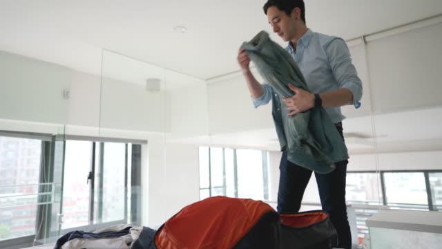 ホテルの部屋で荷物をアンパックするビジネスマン - 荷物をとく点の映像素材/bロール