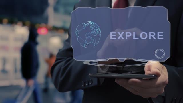 geschäftsmann verwendet hologramm explore - kartographie stock-videos und b-roll-filmmaterial