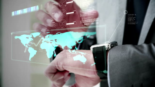 uomo d'affari utilizzando il suo smartwatch - computer indossabile video stock e b–roll