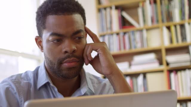 geschäftsmann mit laptop am schreibtisch in beschäftigt büro-ball r3d - männliches tier stock-videos und b-roll-filmmaterial