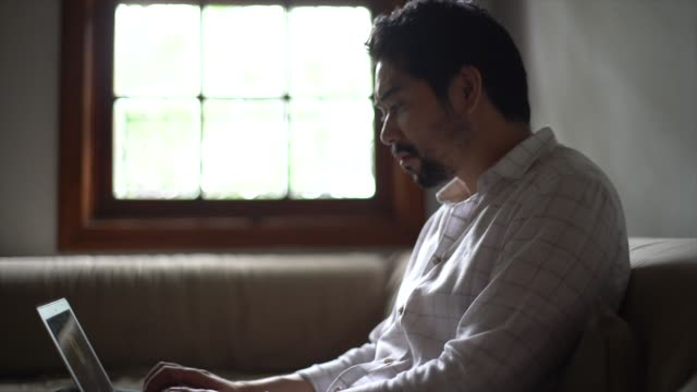 i̇şadamı dizüstü evde kullanma - bir orta yetişkin erkek sadece stok videoları ve detay görüntü çekimi
