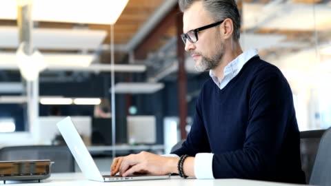 在新辦公室使用筆記本電腦的商人 - laptop 個影片檔及 b 捲影像