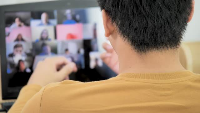 ビデオ通話でラップトップのオンライン会議を使用してビジネスマン。自宅で仕事をしています。 - 人里離れた点の映像素材/bロール