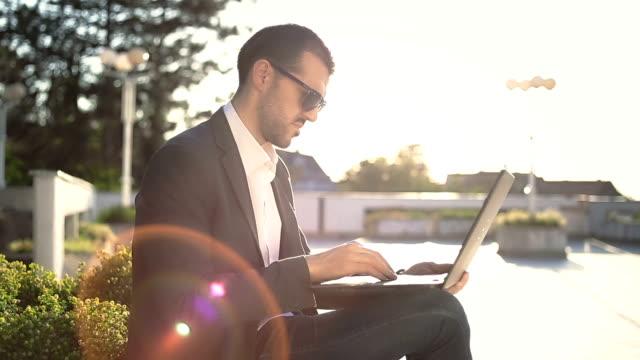 남자 사업가 랩탑형 야외 사용하여 - 한 명의 중년 남자만 스톡 비디오 및 b-롤 화면