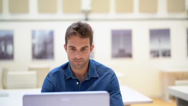 affärsman med laptop porträtt - endast en man i 30 årsåldern bildbanksvideor och videomaterial från bakom kulisserna