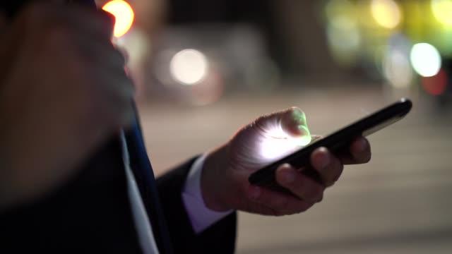 affärsman med mobil på natten - telefonmeddelande bildbanksvideor och videomaterial från bakom kulisserna