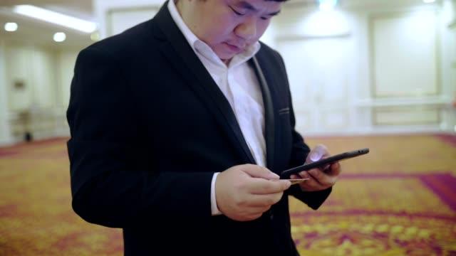 cep telefonu kullaranarak işadamı - bir orta yetişkin erkek sadece stok videoları ve detay görüntü çekimi