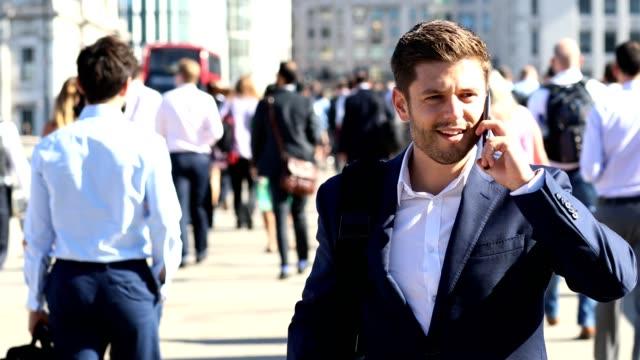 stockvideo's en b-roll-footage met zakenman met gsm lopen naar werk in slow motion - business woman phone