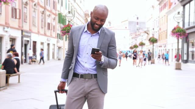 Homme d'affaires à l'aide de téléphone intelligent - 4 K vidéo - Vidéo