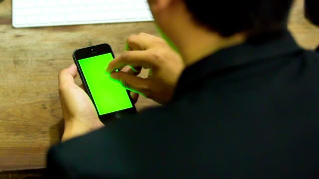 businessman using smartphone - telefonmeddelande bildbanksvideor och videomaterial från bakom kulisserna