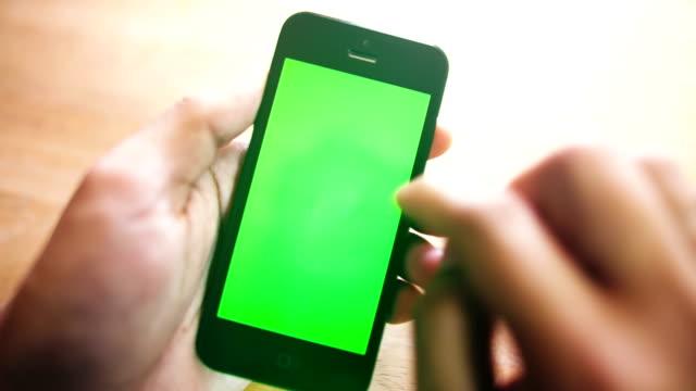 Empresário usando smartphone - vídeo