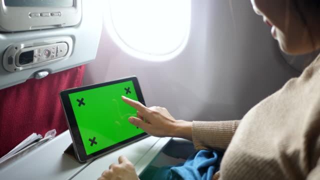 平面上のタブレットの緑色の画面を使用してビジネスマン - オンライン会議点の映像素材/bロール