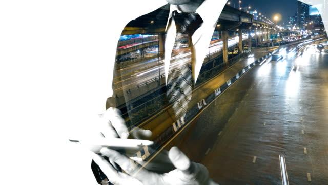 stockvideo's en b-roll-footage met zakenman tablet met nacht stoplicht in de stad - dubbelopname businessman