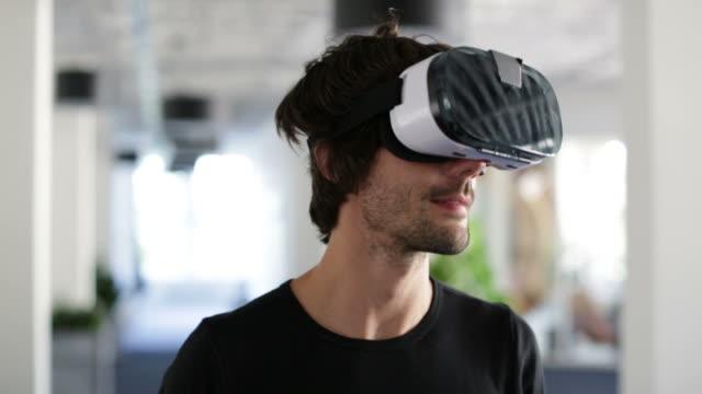sanal gerçeklik gözlükle işadamı - sanal gerçeklik stok videoları ve detay görüntü çekimi