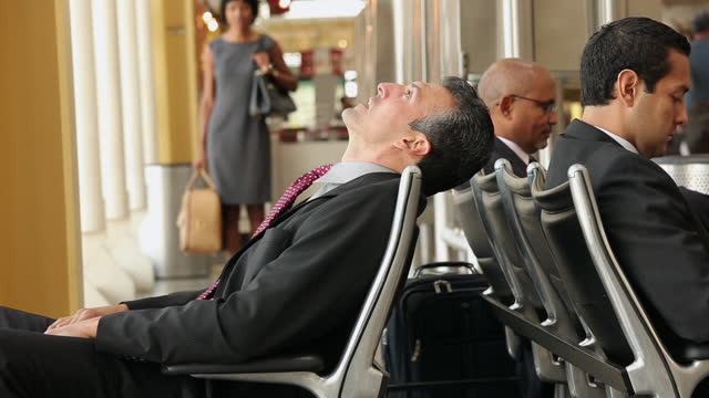 vidéos et rushes de homme d'affaires attendant dans le salon d'aéroport - attendre