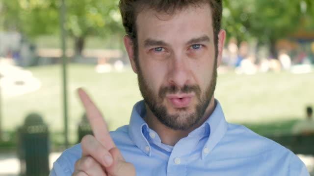 vídeos de stock e filmes b-roll de businessman waiving his finger no and shaking his head - dedo humano
