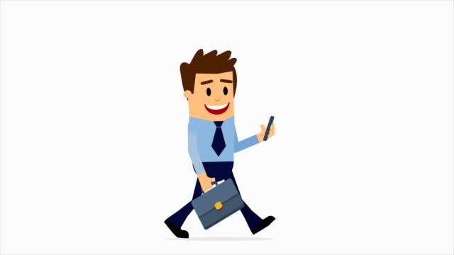 uomo d'affari che cammina personaggio 2d, messaggistica del telefono cellulare, tutti gli aggiornamenti aziendali vengono inviati direttamente al suo telefono, canale alfa di animazione 4k - personaggio fantastico video stock e b–roll