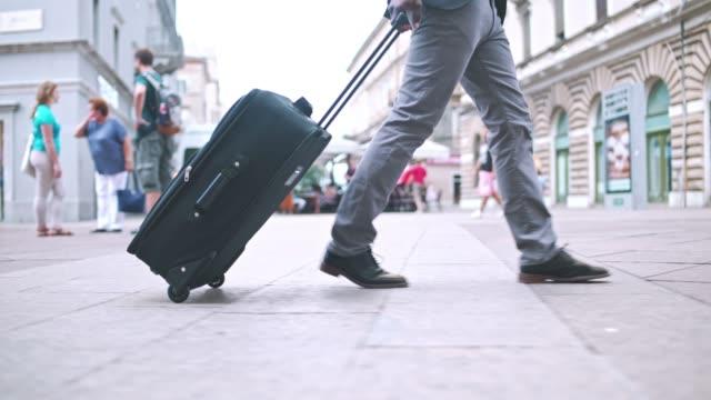 Empresário andando pelas ruas da cidade - vídeo