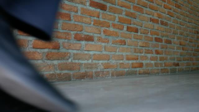 会議室まで歩くビジネスマン - 革点の映像素材/bロール