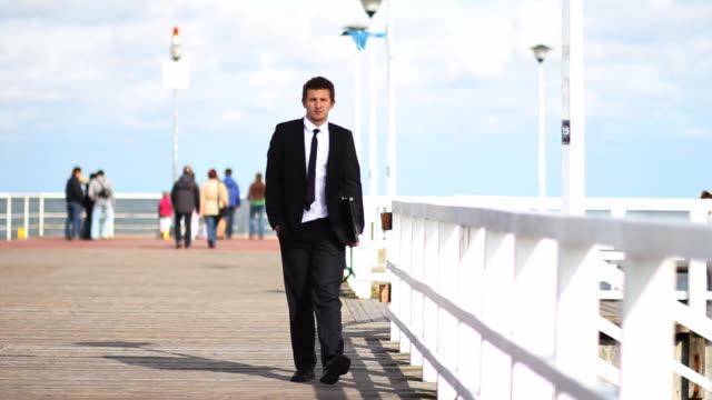 businessman walking - intoning bildbanksvideor och videomaterial från bakom kulisserna