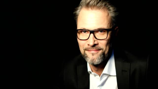 geschäftsmann, tragen brillen beim lächeln - mann bart freisteller stock-videos und b-roll-filmmaterial