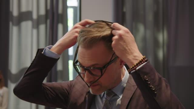 講堂でランヤードを着ているビジネスマン ビデオ