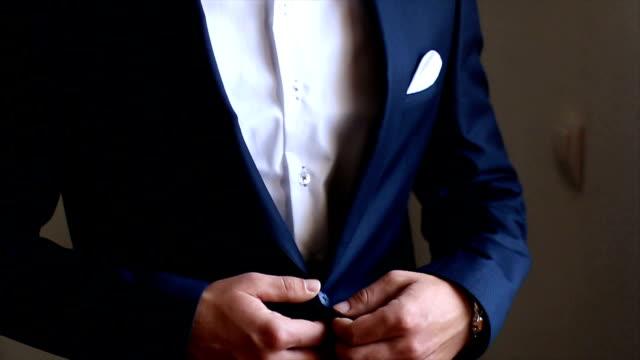 スーツを着たビジネスマン - ウェディングファッション点の映像素材/bロール