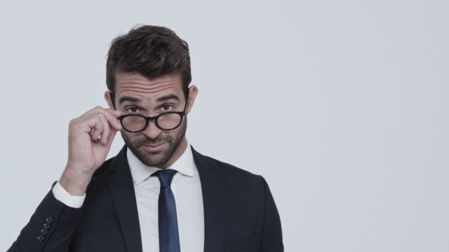 vídeos de stock e filmes b-roll de businessman winking and smiling - piscar