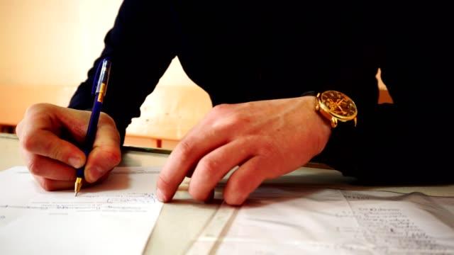 vídeos de stock, filmes e b-roll de um homem de negócios com um relógio de ouro na mão assina documentos. o vídeo foi filmado em close-up. - assistente jurídico