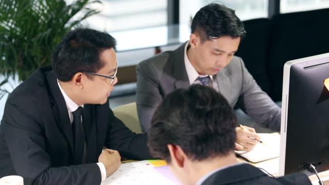 会議室でチームのグループを持つビジネスマン - 投資家点の映像素材/bロール