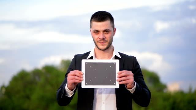 実業家デジタルタブレット付き - プロジェクトマネージャー点の映像素材/bロール