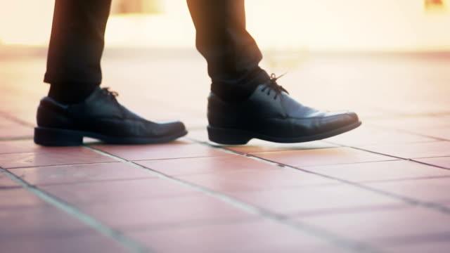 方法、足を歩いて急にフォーカスを歩いてエレガントな靴で、実業家。 - 革点の映像素材/bロール