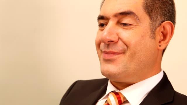 stockvideo's en b-roll-footage met businessman with finger on lips - stilte