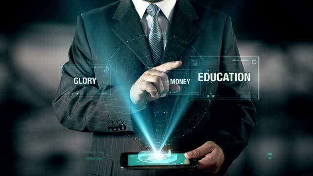 未来コンセプトを持ったビジネスマン デジタル タブレットを使用してお金の栄光から教育を選択します。 - エレクトロニクス産業点の映像素材/bロール