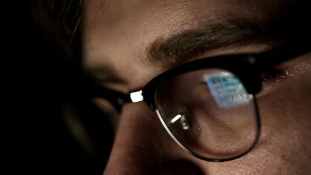 vídeos de stock e filmes b-roll de empresário com óculos que trabalha à noite. plano aproximado - oculos