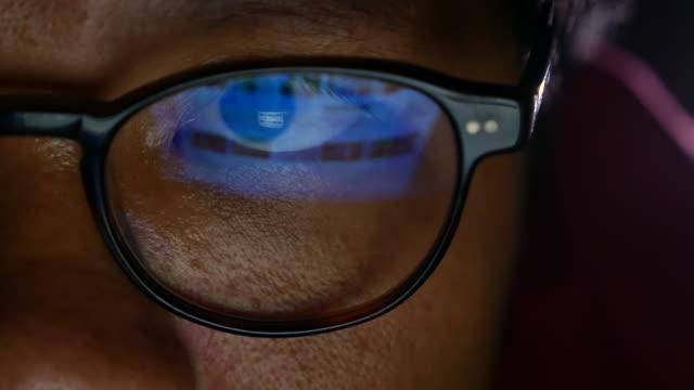 geschäftsmann mit brille, der nachts arbeitet. nahaufnahme up - klatsch stock-videos und b-roll-filmmaterial