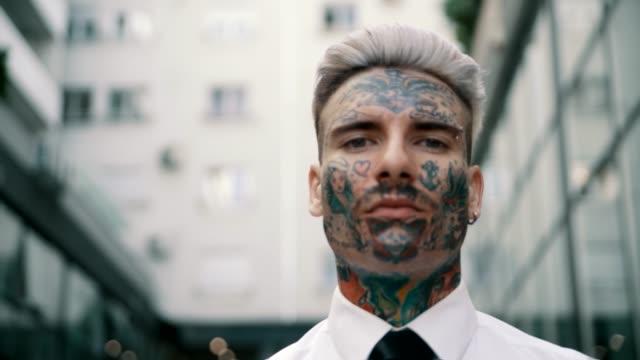 入れ墨をした実業家 - 髪型点の映像素材/bロール