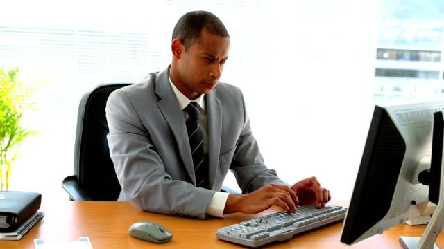 stockvideo's en b-roll-footage met businessman working at his desk - overhemd en stropdas