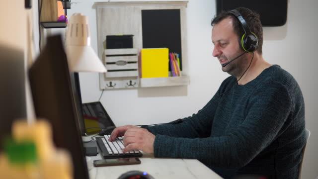 biznesmen pracujący w domu, telepraca - słuchawki filmów i materiałów b-roll