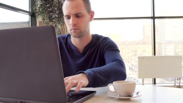 geschäftsmann, arbeiten am computer nap laptop - formelle geschäftskleidung stock-videos und b-roll-filmmaterial