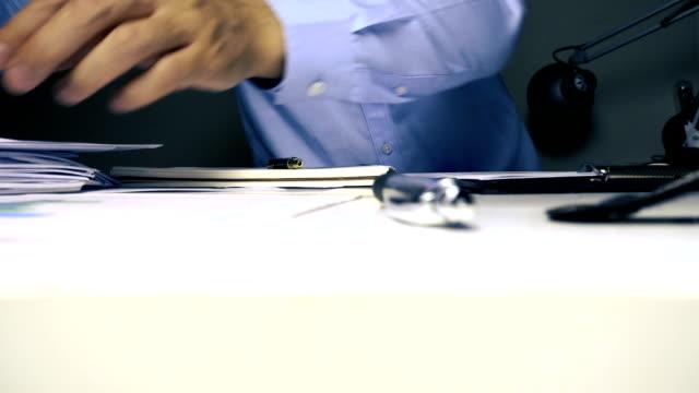 affärsman som arbetar på hans skrivbord - accounting bildbanksvideor och videomaterial från bakom kulisserna