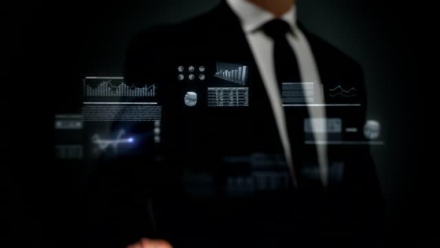 사업가 홀로그램과 인터페이스에서 작업할 수 있습니다. 재무관련. 인명별. 비디오